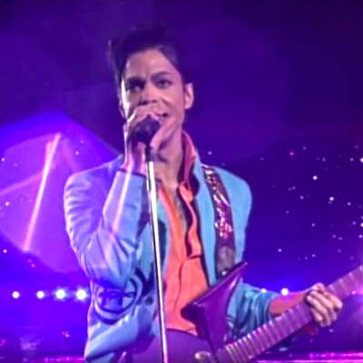 "Prince sings ""Purple Rain"" at the Super Bowl"